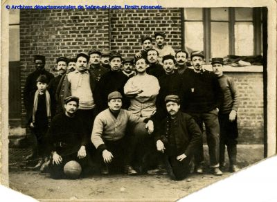 "Zoom ""Foot-ball et archives"", photo �quipe de football de l'ambulance 3 du 21�me Corps, 1915 (12 NUM 071/28)"