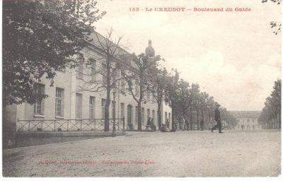 Le boulevard du Guide et la mairie. Mise en circulation le 17 septembre 1917, Collection Rochette.